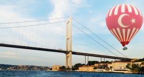 Ballong för varm luft som flyger den Bosphorus bron Istanbul Turkiet royaltyfri fotografi