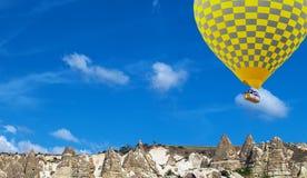 Ballong för varm luft som flyger himmel royaltyfri fotografi