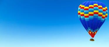 Ballong för varm luft som flyger himmelbakgrund arkivfoton