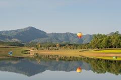 Ballong för varm luft som isoleras på himmel Arkivbild