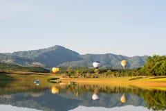 Ballong för varm luft som isoleras på himmel Arkivbilder