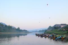 Ballong och fartyg på floden Royaltyfri Foto