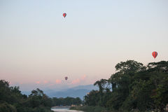 Ballong på floden Arkivfoton