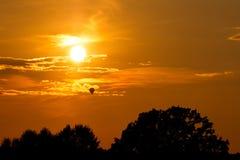 Ballong under solnedgång Arkivbild