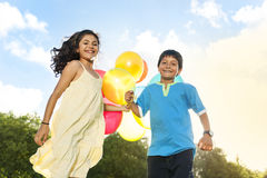 Ballongaktivitet som spelar roligt barnbegrepp för rekreation royaltyfri foto