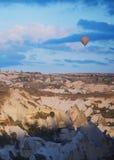 Ballongen för varm luft som flyger över, vaggar av Cappadocia arkivfoto