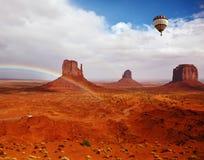 Ballongen flyger över röd öken Royaltyfria Bilder