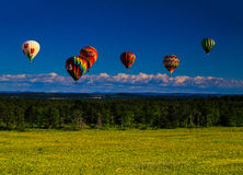 Ballonger över Saratoga den mitt- eftermiddagen som förbiser Berkshires royaltyfri foto