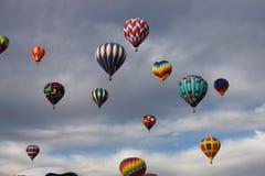 ballonger chock den fulla o-skyen Arkivbild