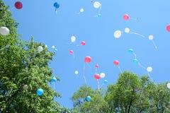 ballonger färgade den mång- skyen Fotografering för Bildbyråer