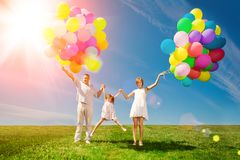 Ballonger för födelsedagen mot bakgrunden av himlen och arkivfoton