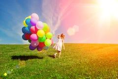 Ballonger för födelsedagen mot bakgrunden av himlen och royaltyfri fotografi