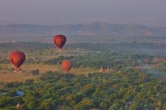 Ballonger för varm luft över Bagan, Myanmar royaltyfria bilder