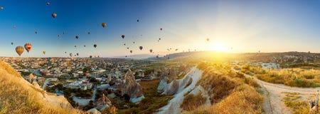 Ballonger för varm luft över Cappadocia Royaltyfri Bild