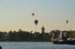 Ballonger för varm luft över en sjö i den Polen sikten under solnedgång royaltyfri bild