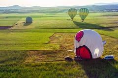 Ballonger för varm luft flyger över Cappadocia är bekant runt om världen a Arkivfoto