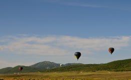 Ballonger för varm luft i bergen arkivfoto