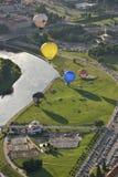 Ballonger för varm luft i det Vilnius centret Arkivbild