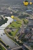 Ballonger för varm luft i det Vilnius centret Royaltyfri Foto