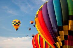 Ballonger för varm luft i himlen. Royaltyfri Foto