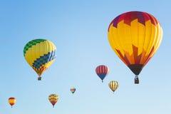 Ballonger för varm luft i solig blå himmel Arkivfoton