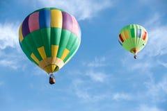 Ballonger för varm luft i solig blå himmel Arkivbilder