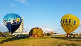 Ballonger för varm luft med den Utena och Delfi logoen Royaltyfri Bild