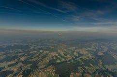 ballonger för varm luft på horisonten Arkivbilder