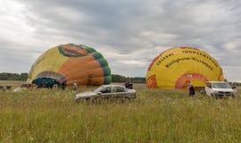 Ballonger för varm luft som förbereder sig till flyget Makariv Ukraina Arkivbild