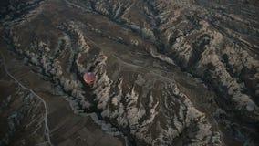 Ballonger för varm luft som flyger över dalen på soluppgång cappadocia kalkon stock video