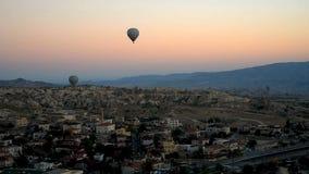 Ballonger för varm luft som flyger över Goreme på soluppgång cappadocia kalkon lager videofilmer