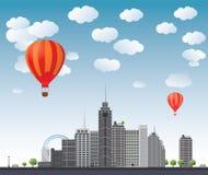 Ballonger för varm luft som flyger över staden. Vektor Arkivbild