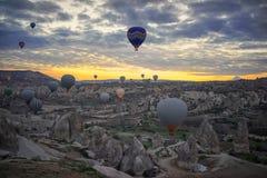 Ballonger för varm luft som flyger för att turnera över berglandskap fotografering för bildbyråer