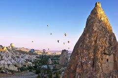 Ballonger för varm luft som flyger ovanför Cappadocia Royaltyfri Fotografi