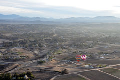 Ballonger för varm luft som skjuta i höjden över dalen Arkivfoto