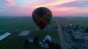 Ballonger för varm luft som tar av på en tidig soluppgång stock video