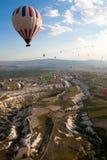 Ballonger för varm luft stiger över dalen, Turkiet Royaltyfri Bild