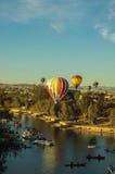 Ballonger för varm luft skjuta i höjden över Lake Havasu Arizona Royaltyfria Bilder