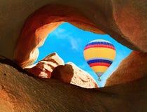 Ballonger för varm luft som flyger över berg i Cappadocia Royaltyfri Fotografi