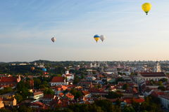 Ballonger för varm luft som flyger över den gamla staden vilnius lithuania Royaltyfria Bilder