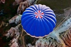 Ballonger för varm luft över berglandskap i Cappadocia, Goreme nationalpark, Turkiet Fotografering för Bildbyråer