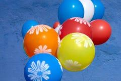 Ballonger i höst parkerar gul hösttid, mångfärgade ballonger, om höst, hösttemat, designen, kreativitet royaltyfria foton