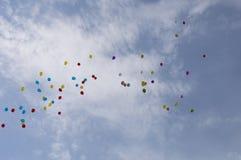 Ballonger i himlen mot moln Arkivfoton