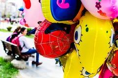 Ballonger och folk i gator av den Yalova staden - Turkiet Royaltyfri Fotografi