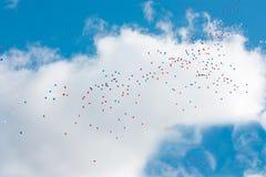 Ballonger på blåttskyen Arkivfoto