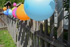 Ballonger på ett staket Royaltyfri Fotografi