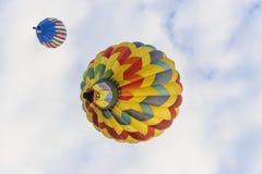 Ballonger som direkt uppe i luften driver Arkivfoto