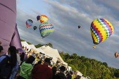 Ballonger som lämnar lanseringsområde Arkivbilder