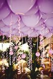 Ballonger under taket på brölloppartiet Arkivbilder