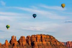 Ballongflygande för varm luft i Sedona Royaltyfri Fotografi